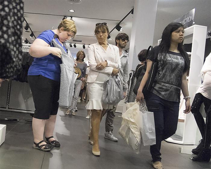 chica midiéndose un vestido