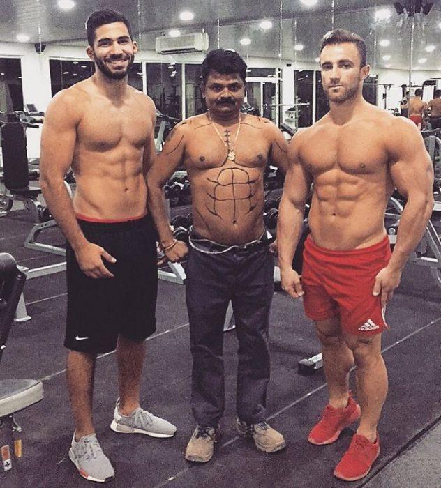 Hombres en el gimnasio modelando