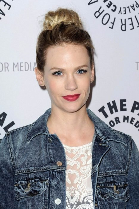 january jones moño recogido despeinado
