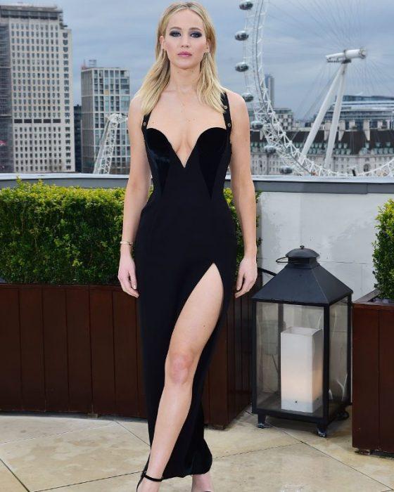 Chica usando vestido negro con abertura en pierna
