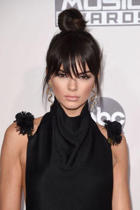 Kendall Jenner recogido y fleco desmechado