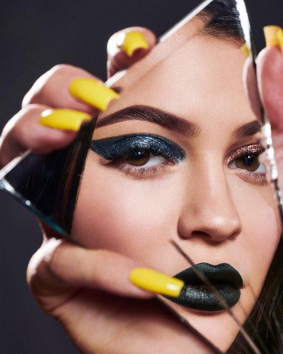 Kylie Jenner mostrando su línea de maquillaje