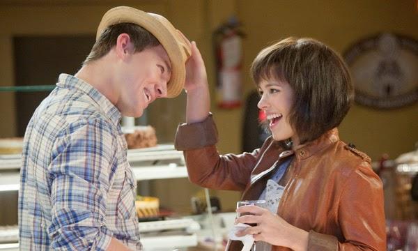 pareja d enovios jugando con un sombrero