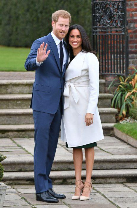 Meghan Markle y el príncipe Harr anunciando su compromiso