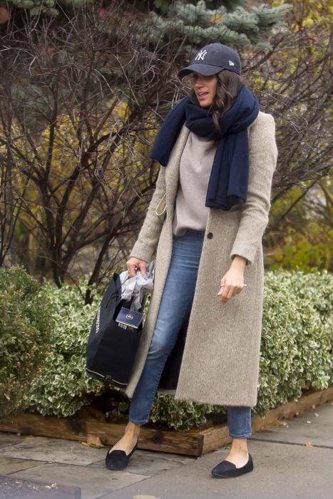 Meghan Markle usando unos mocasines durante un paseo