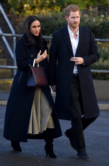 Meghan Markle caminando abrazada al principe harry