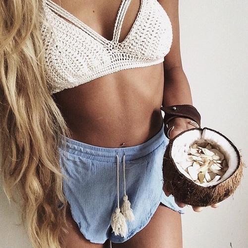 chica comiendo coco