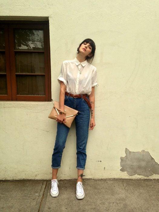 Chica usando unos jeans con camisa blanca