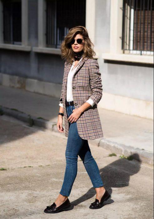 Chica usando unos jeans y un abrigo largo