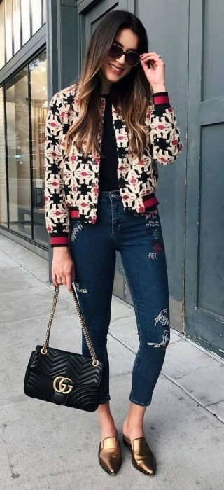 Chica usando una bomber jacket con jeans estampados