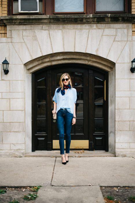 Chica usando unos skinny jeans con una blusa azul y un pañuelo en el cuello