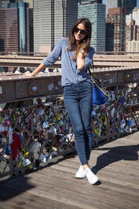 Chica usando una camisa azul y unos jeans azules