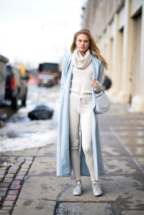 chica con traje blanco de estambre
