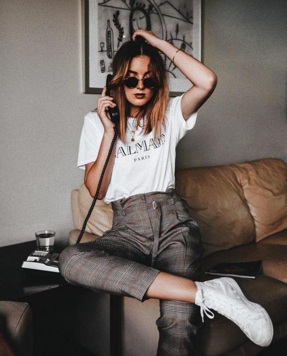 chica sentada en un sofá hablando por teléfono