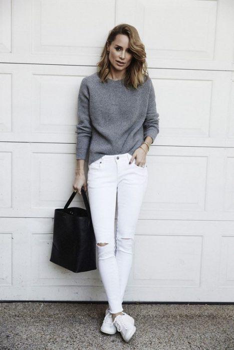 chica usando pantalón de mezclilla blanco