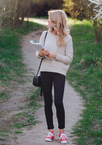 chica con suéter beige