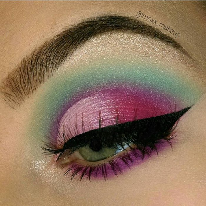 Chica usando un maquillaje inspirado en sirenas