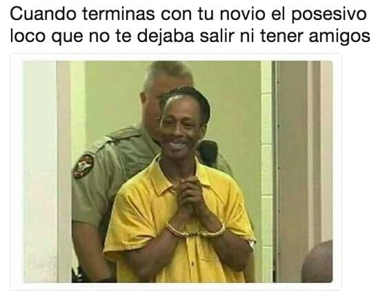 hombre preso con traje amarillo