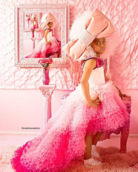 niña vestida de color rosa