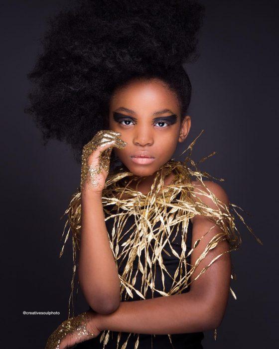 niña vestida con ropa de color dorado