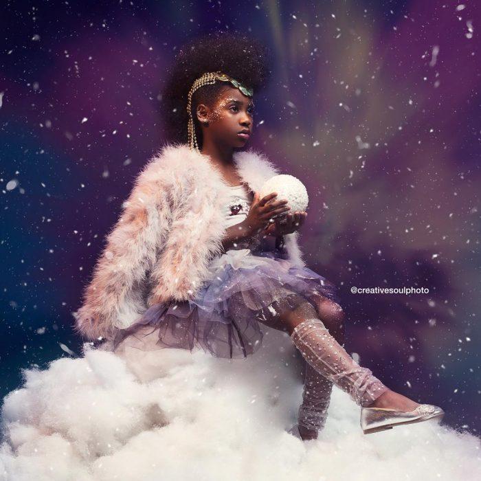 chica con cabello afro y ropa de color lila