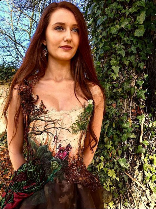 Vestido creado con plantas de un árbol