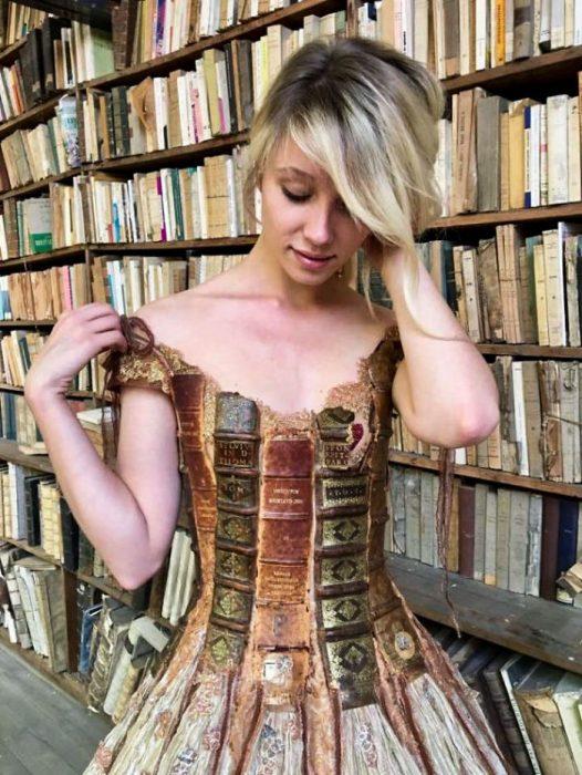 Vestido hecho con las tapas de un libro