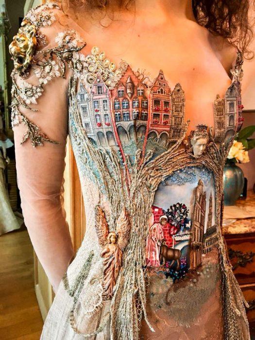 Vestido hecho con libros que forman un paisaje