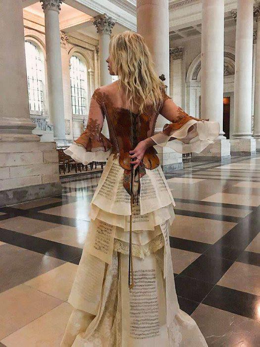 Vestido que simula a un violín