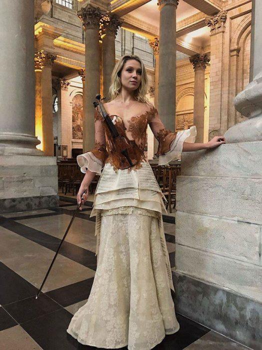 Vestido que simula un violín