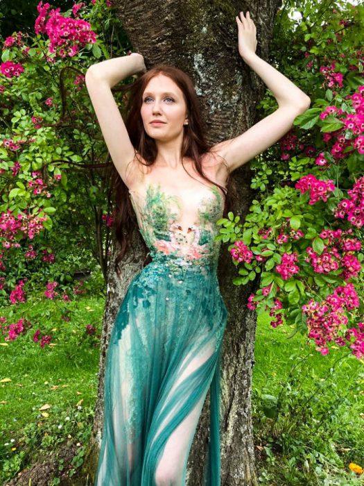 Chica usando un vestido de hojas en color verde