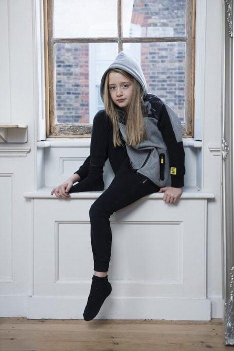 Niña que quiere ser modelo de Zara Boys posando en unos pants de la marca