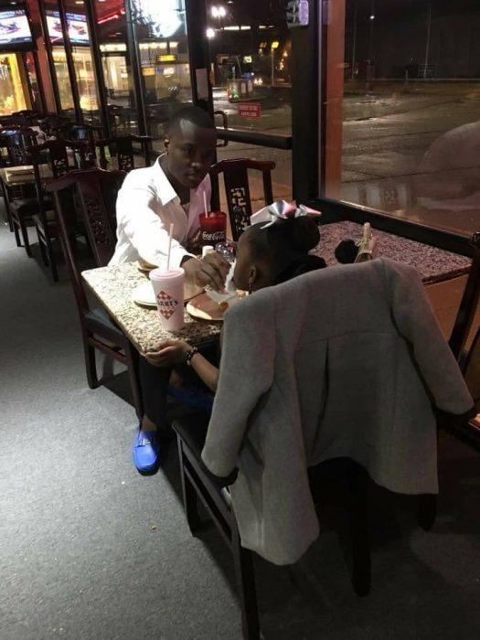 padre e hija cenando hamburguesas