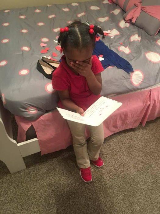 niña leyendo una tarjeta