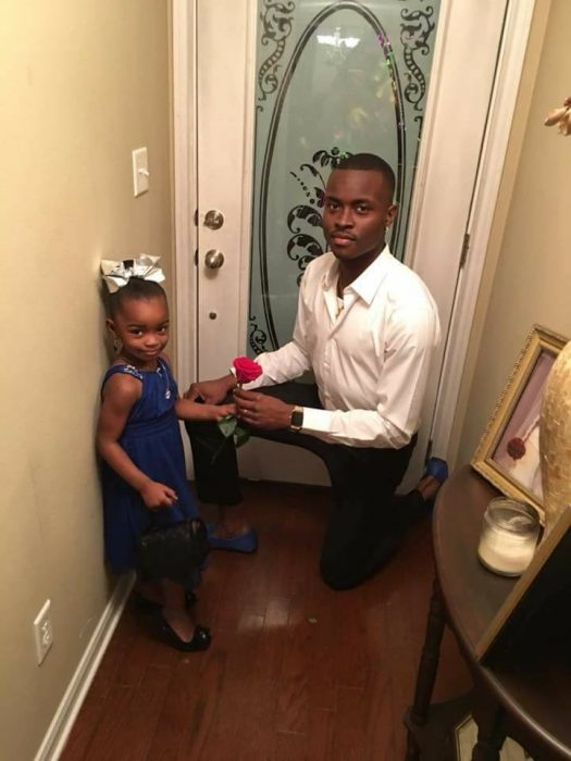 padre e hijas frente al portico de la puerta