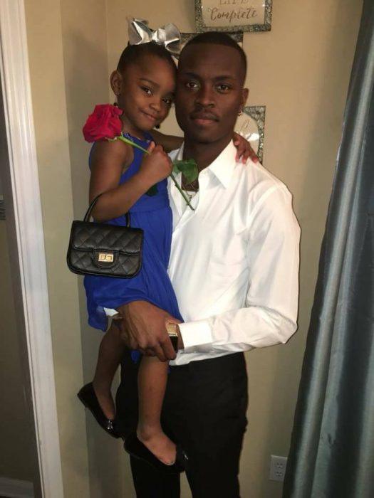 padre cargando a su hija en brazos
