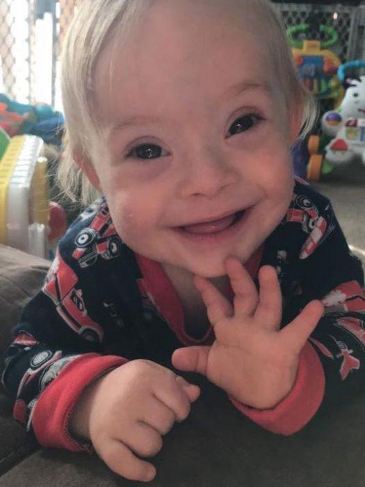 niño con pijama sonriendo