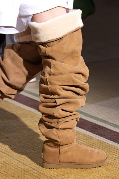 Modelo de botas uggs largas que llegan hasta la rodilla
