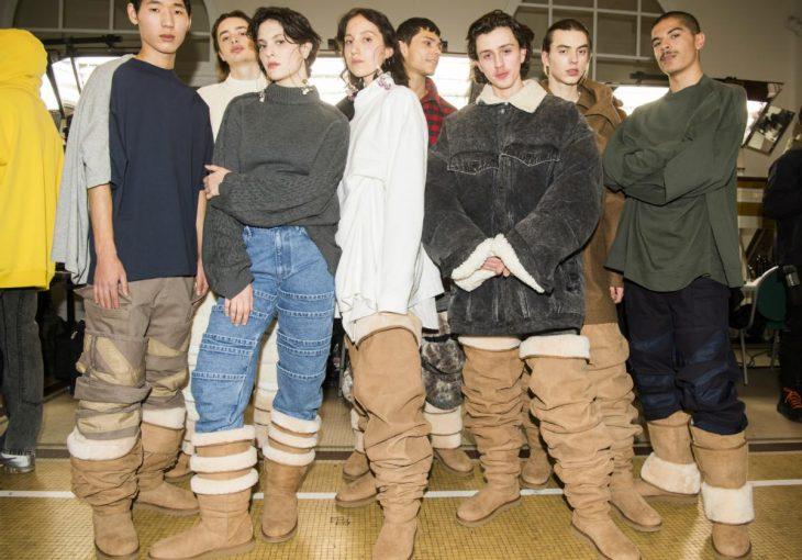 Modelos posando con las botas Ugg hasta el muslo en la semana de la moda en París