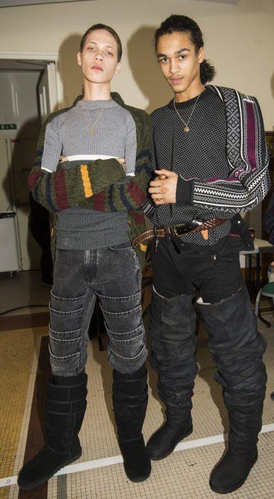 Chicos desfilando en una pasarela durante la semana de la moda en parís usando unas botas ugg hasta el muslo
