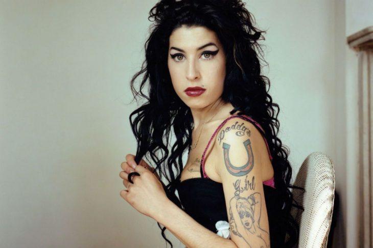 Amy Winehouse con cabello rizado y largo