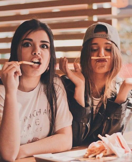 chicas comiendo papas fritas