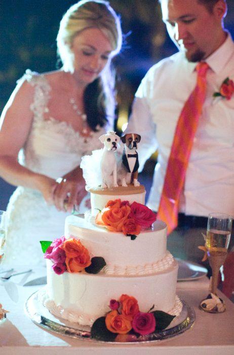 Pastel de bodas que tiene un perro como muñeco de pastel