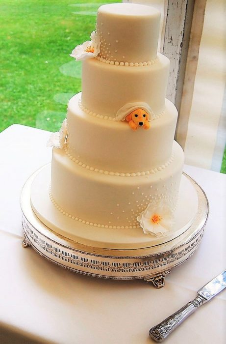 Pastel de bodas que incluye a una pequeña mascota