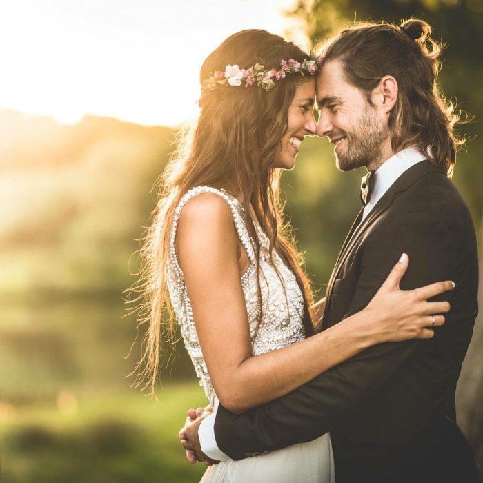 Pareja de recien casados mirándose a los ojos