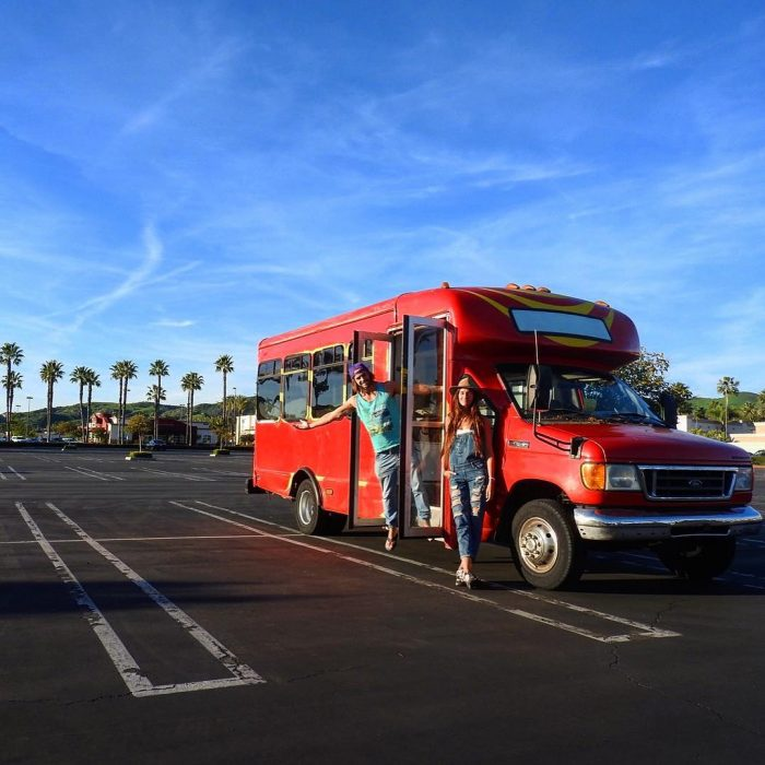 pareja d novios frente a un autobús
