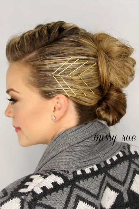 Peinado con doble chongo y broches para decorar
