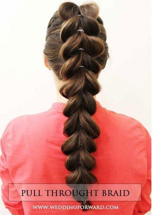 chica de espaldas mostrando su peinado