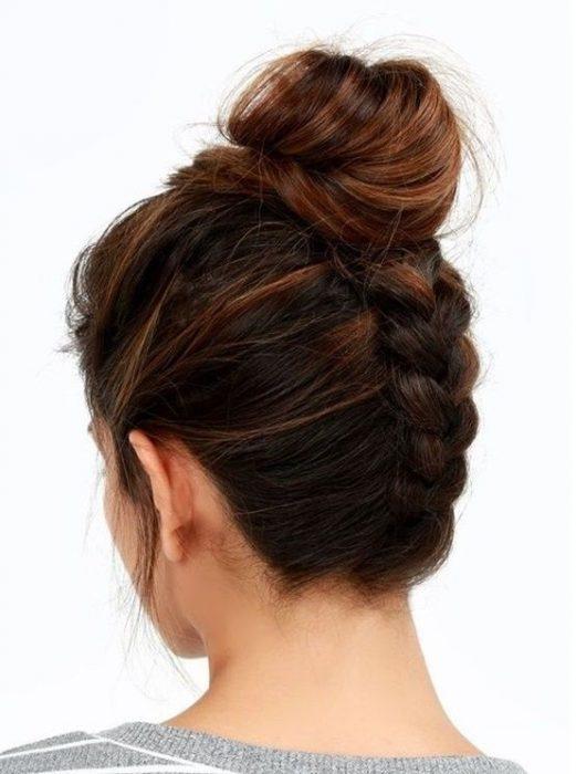 chica de espaldas mostrando su peinado de trenza