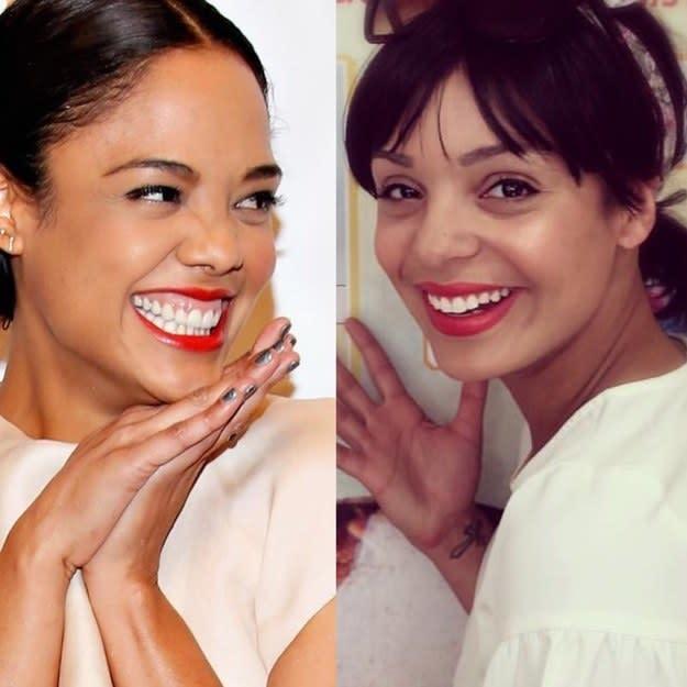 chicas usando el mismo lápiz labial